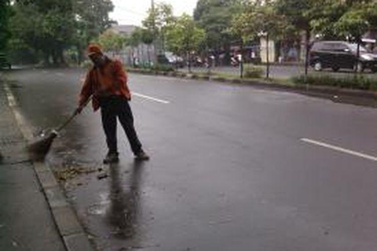 Sutekno.adalah salah seorang penyapu jalan di area Lebak Bulus. Ia bekerja di Dinas Kebersihan sudah sejak 1995. Ia baru merasa sejahtera setelah kepemimpinan Jokowi sebagai Gubernur DKI Jakarta, Jakarta, Minggu(22/7/2013).