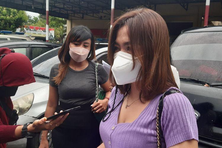 AN dan korban dugaan penipuan dan penggelapan dengan modus lelang arisan saat datangi Polresta Solo, Selasa (14/9/2021).