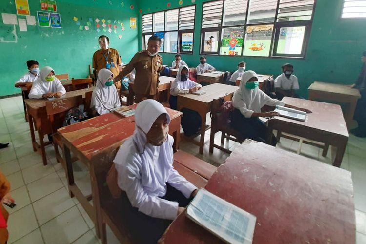 Wakil Wali Kota Serang Subadri saat meninjau pelaksanaan belajar tatap muka di SDN Curug