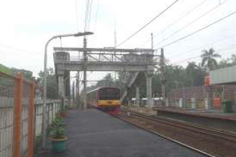 Jembatan penyeberangan orang (JPO) lintas rel yang sudah ada tak jauh dari Stasiun UI. Keberadaan JPO ini membuat warga sekitar yang ingin menyeberangi rel tak perlu masuk terlebih dulu ke dalam stasiun.