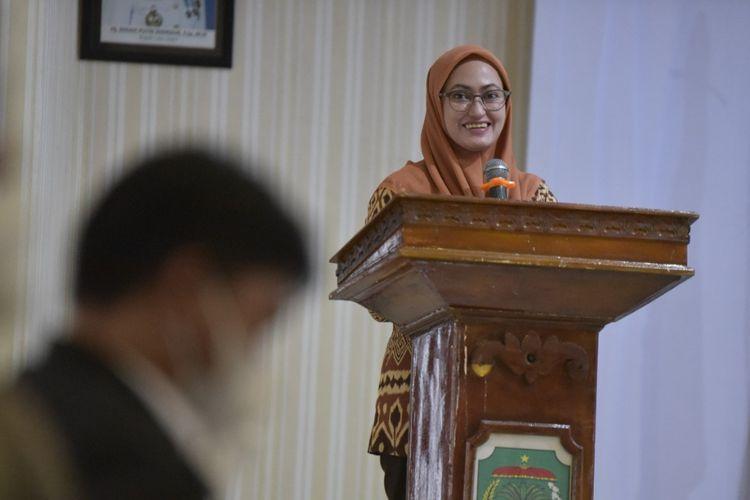 Bupati Luwu Utara Indah Putri Indriani (IDP) saat membuka Pertemuan Konsultasi Masyarakat (PKM) II Pekerjaan Detail Desain Pengendalian Banjir Sungai Radda di Aula La Galigo, Luwu Utara, Sulawesi Selatan, Kamis (26/8/2021).