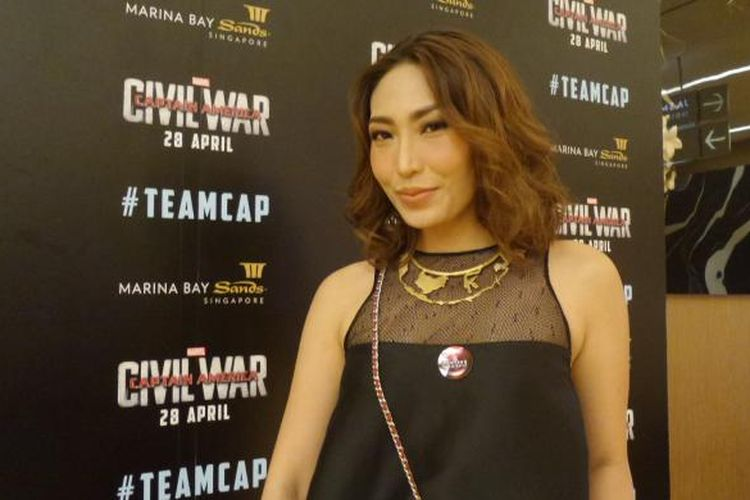 Pembawa acara Ayu Dewi menghadiri acara tur promosi film Captain America: Civil War di Marina Bay Sands Expo and Convention Centre, Singapura, pada Kamis (21/4/2016).