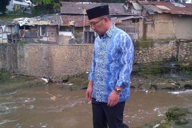 Wali Kota Bandung Ridwan Kamil saat meninjau kondisi Sungai Cikapundung di Kecamatan Regol, Kota Bandung, Jumat (9/9/2016). KOMPAS.com/DENDI RAMDHANI