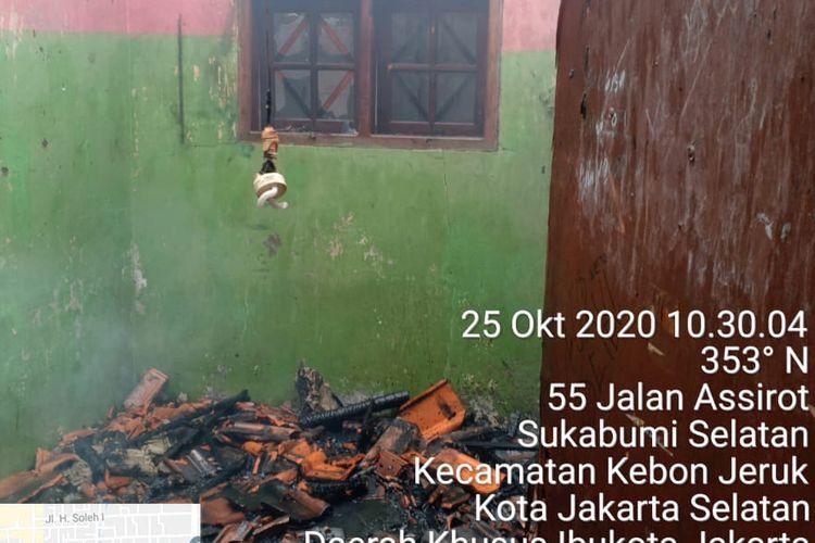 Kebakaran di sebuah Pabrik Konveksi Kebon Jeruk, Minggu (25/10/2020). Api diduga disebabkan oleh hubungan pendek arus listrik