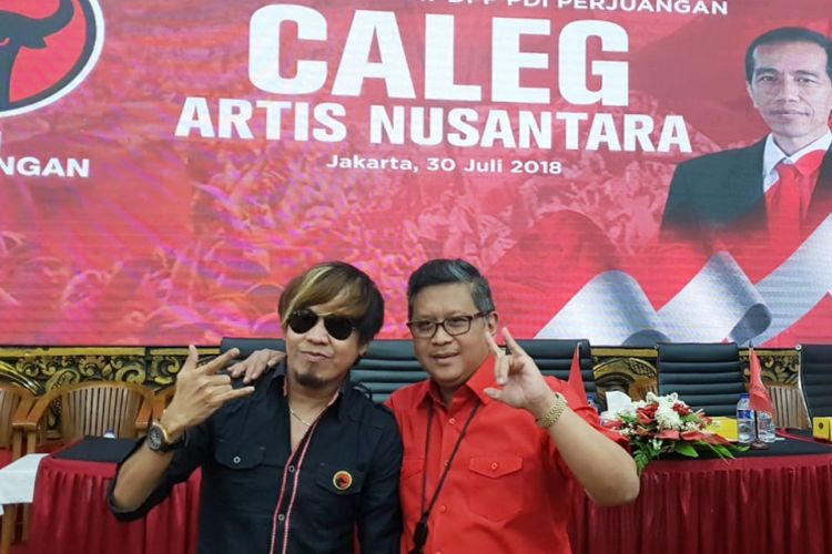 Vokalis grup band Radja Ian Kasela (kiri) menjadi caleg PDI-P