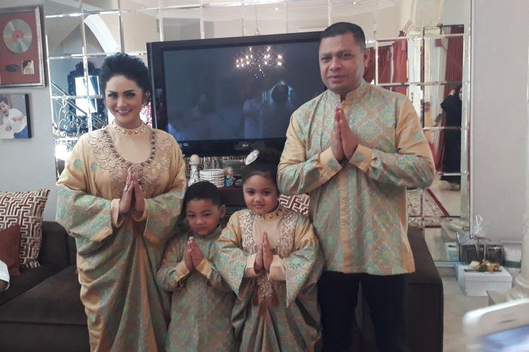 Krisdayanti, Raul Lemos, dan kedua anak mereka diabadikan di rumahnya di Jalan Jeruk Purut, Cilandak, Jakarta Selatan, Minggu (25/6/2017).