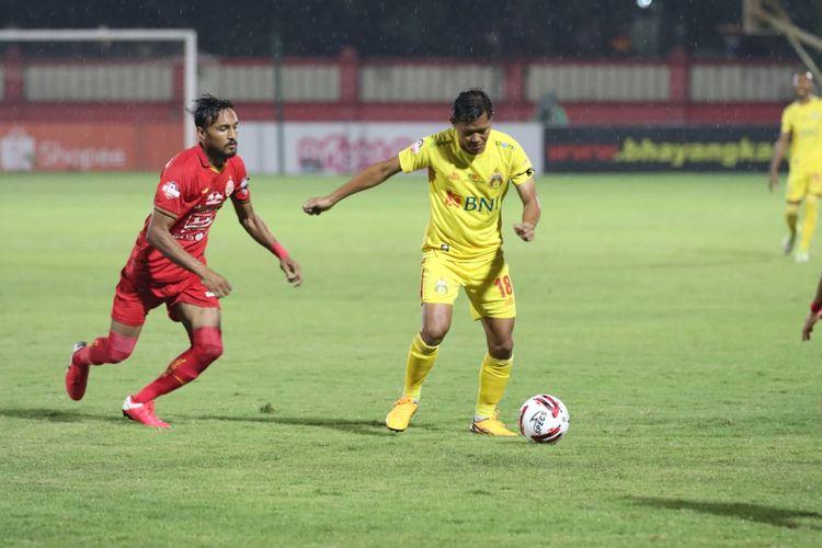 Aksi Adam Alis (kanan), dan Rohit Chand (kiri), dalam laga Bhayangkara FC vs Persija Jakarta, di Stadion PTIK, Sabtu (14/3/2020).