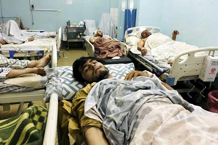 Warga Afghanistan yang terluka dirawat di rumah sakit setelah menjadi korban ledakan bom bunuh diri di luar bandara Kabul, ibu kota Afghanistan, Kamis (26/8/2021).