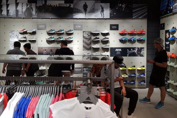 Area sepatu di gerai Adidas Grand Indonesia, Jakarta. Gerai ini memiliki konsep Stadium dan baru pertama kali di Indonesia.