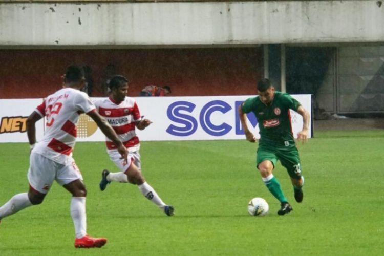 Gelandang Serang anyar PSS Sleman Brian Ferreira saat hendak melewati dua pemain Madura United