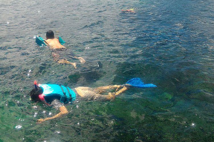 Snorkeling di Pulau Pahawang harus melepas pelampung agar bisa berpose di bawah laut.