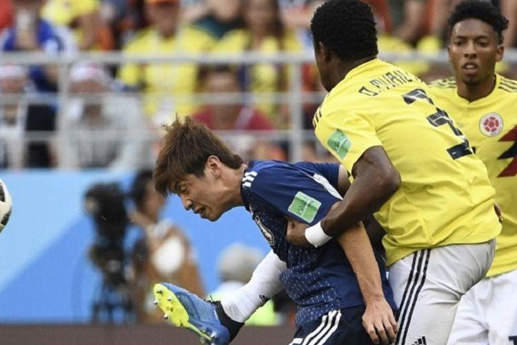 Penyerang Jepang, Yuya Osako, mendapat kawalan ketat dari bek Kolombia, Oscar Murillo, pada laga Grup H Piala Dunia 2018, 19 Juni 2018.
