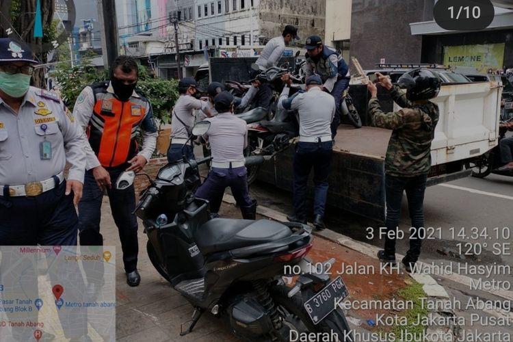 Suku Dinas Perhubungan Jakarta Pusat menindak puluhan kendaraan yang parkir liar di Pasar Tanah Abang, Jakarta Pusat, Rabu (3/1/2021). Total ada 73 kendaraan yang parkir liar di trotoar dan ditindak oleh petugas.