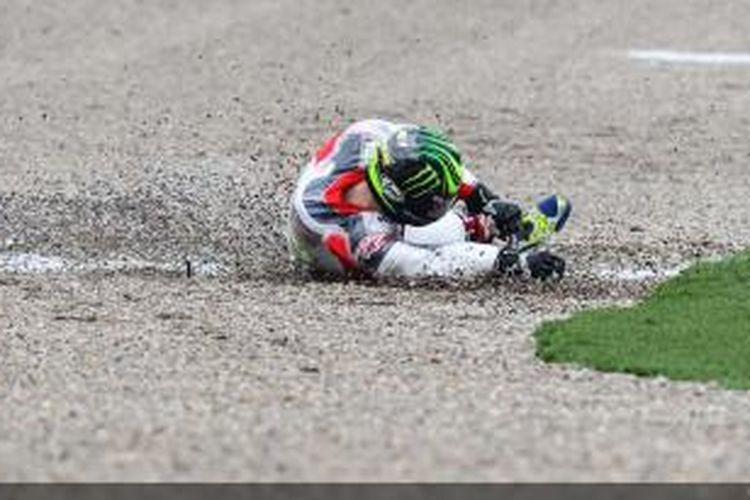 Pebalap LCR Honda asal Inggris, Cal Crutchlow, terjatuh saat menjalani sesi uji coba di Sirkuit Ricardo Tormo, Valencia, Selasa (11/11/2014).