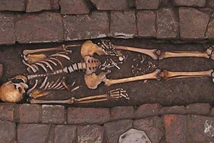 Kerangka wanita muda dengan kerangka janin di kedua pahanya. Ia melahirkan setelah meninggal dan sempat melakukan pengeboran di kepala untuk pengobatan.