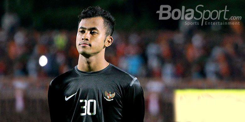 Kiper Timnas U-19, Muhammad Aqil Savik, berpose menjelang dimulainya laga uji coba melawan Persibo Bojonegoro di Stadion Letjen H Soedirman Bojonegoro, Jawa Timur, Sabtu (17/06/2017) malam.