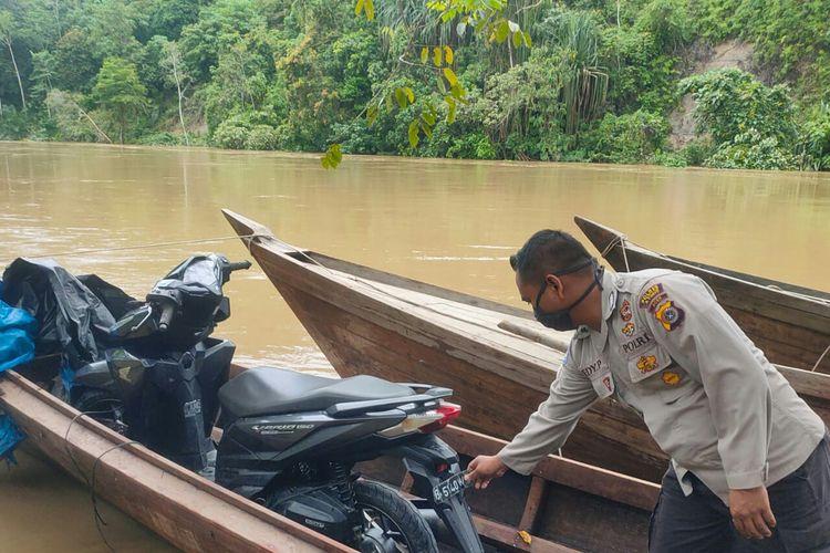 Polisi melihat kondisi boat yang telah dievakuasi di Desa Pante Kera, Kecamatan Simpang Jernih, Kabupaten Aceh Timur, Minggu (17/8/2020)