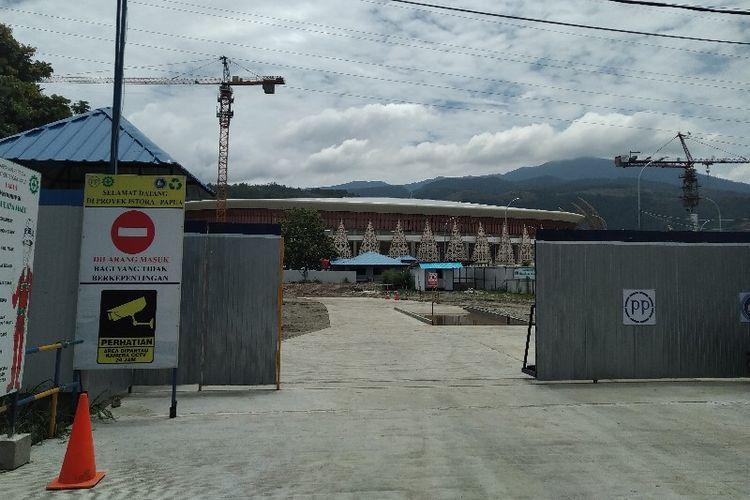 Tampak dari depan, proses pembangunan Stadion Papua Bangkit di Kampung Harapan, Distrik Sentani Timur, Kabupaten Jayapura, Papua (4/04/2019)