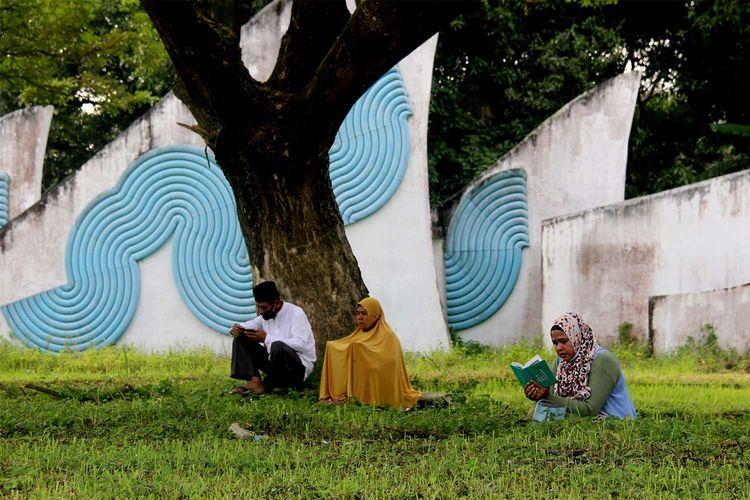 Peziarah mendoakan keluarga mereka yang menjadi korban gempa dan tsunami di pemakaman massal korban tsunami di Desa Siron, Kecamatan Ingin Jaya, Kabupaten Aceh Besar, Sabtu (26/12/2020). Setiap 26 Desember, memperingati tragedi gempa dan tsunami yang terjadi pada 2004 lalu, pemakaman tersebut selalu ramai didatangi warga untuk melakukan doa dan zikir. Di lokasi kuburan massal ini tercatat 46. 718 jiwa lebih dikebumikan korban tsunami.