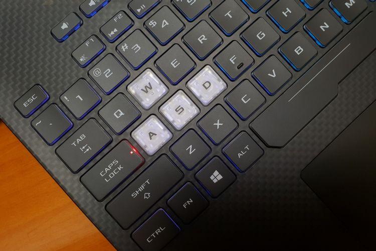 Tombol W, A, S, D di laptop Asus ROG Strix Scar II dengan desain khusus.