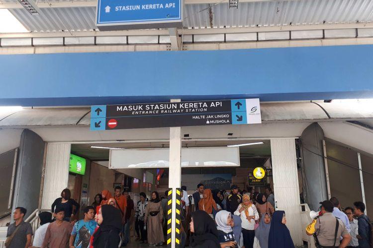 Petugas Stasiun Tanah Abang dibantu jajaran dari PD Sarana Jaya dan Polsek Tanah Abang membantu mengarahkan para pejalan kaki yang keluar dari stasiun untuk melintas di jembatan penyebrangan multiguna atau skybridge, Tanah Abang, Jakarta Pusat, Senin (10/12/2018).