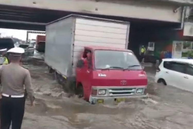 Genangan air di bawah jembatan Kaligawe Semarang, Jumat (5/2/2021).