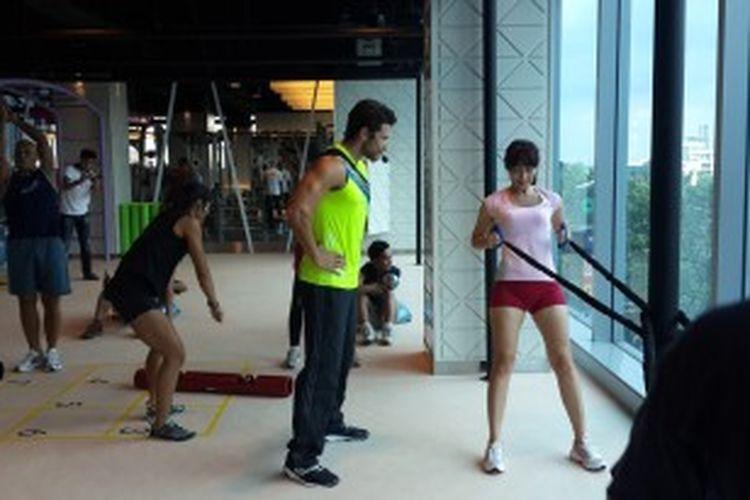 Mister International 2012, Ali Hammoud (tengah), memberikan instruksi pada rekan media serta komunitas yang berpartisipasi pada Exclusive Class Fast Fit di Celebrity Fitness, Kota Kasablanka, Jumat (28/6/2013)