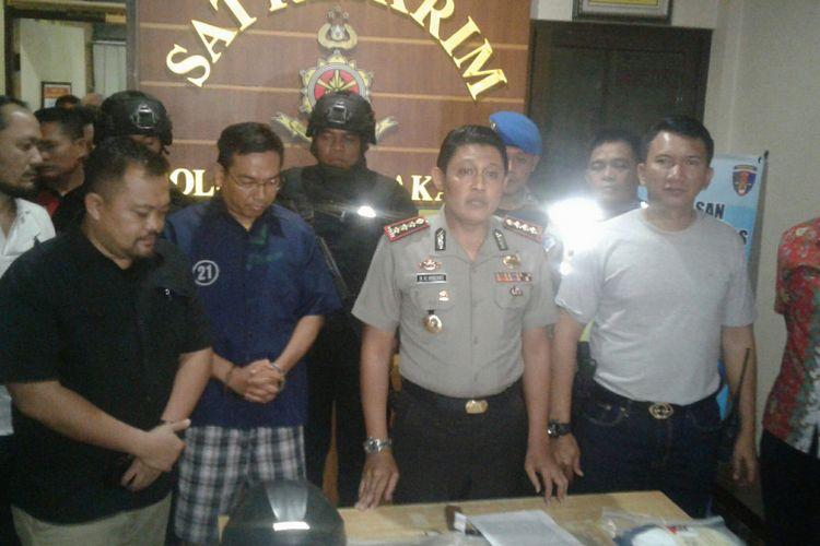 Kapolresta Surakarta, Kombes Pol Ribut Hari Wibowo dan tersangka, IA (baju tahanan biru) dalam rilis kasus dugaan pembunuhan di Mapolresta Surakarta, Solo, Jawa Tengah, Kamis (23/8/2018) malam.