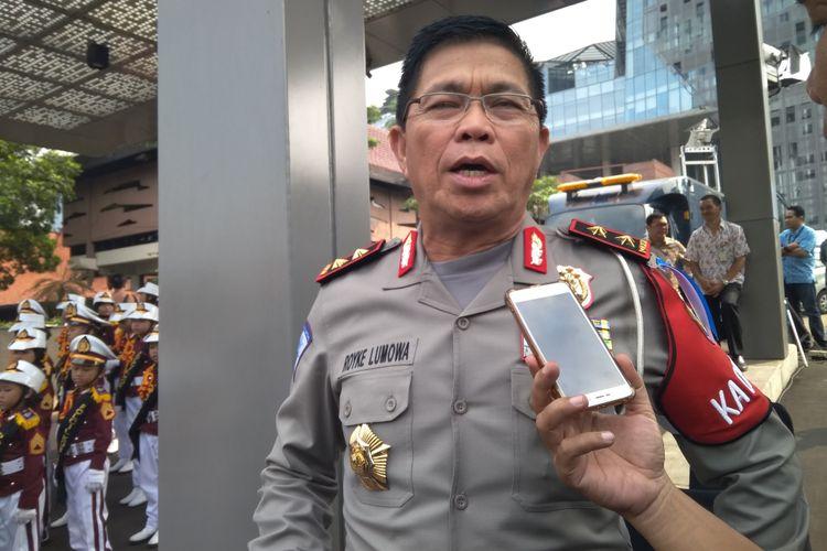 Kepala Korps Lalu Lintas (Kakorlantas) Polri Royke Lumowa saat memberikan keterangan kepada awak media terkait imbauan kepada truk, atau kendaraan sumbu 3 untuk tidak melalui ruas jalan tol Jakarta - Cikampek di Menara Kompas, Jumat (8/6/2018).