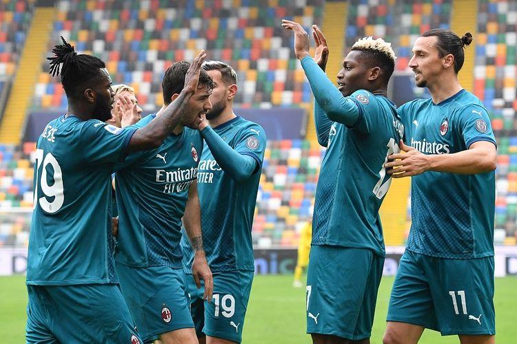 Gelandang AC Milan Franck Kessie (kiri) melakukan selebrasi bersama rekan-rekan setimnya usai mencetak gol dalam pertandingan Serie A Italia antara Udinese vs AC Milan di Stadion Friuli, pada 1 November 2020.