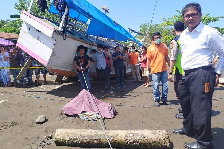 Penyidik kepolisian saat olah TKP terhadap penemuan mayat perempuan yang terbungkus seprei di tepi sungai Jeneberang, Kecamatan Tamalate, Makassar, Senin (18/11/2019).