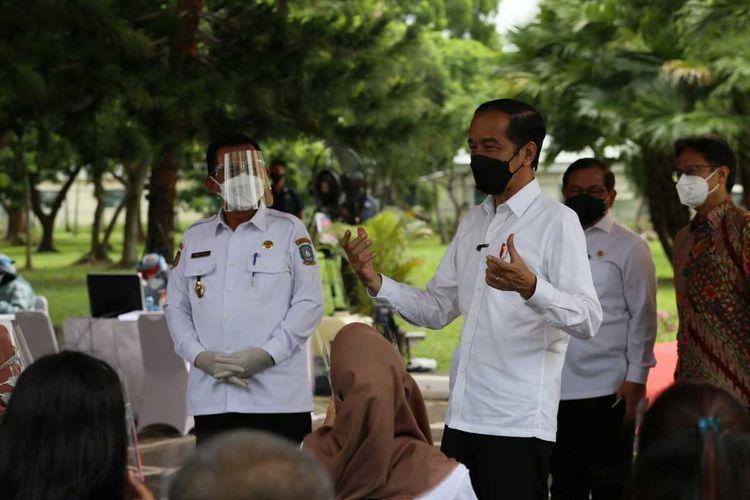Presiden Joko Widodo (Jokowi) saat melakukan peninjauan dan pengecekan pelaksanaan vaksinasi Covid-19 yang dilaksanakan di seluruh kabupaten kota se Kepri melalui virtual conference.