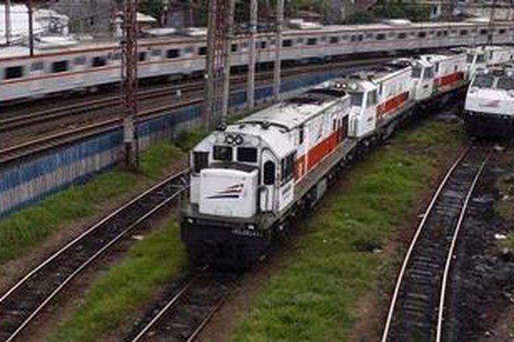 Kereta api melintas meninggalkan Stasiun Jatinegara, Jakarta Timur, Jumat (29/3/2013).