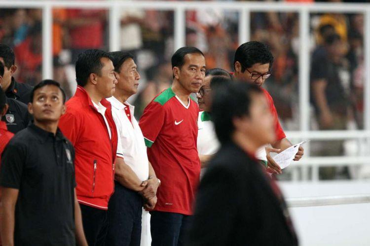 Presiden Republik Indonesia, Joko Widodo terlihat menghadiri pertandingan final Piala Presiden 2018 antara Persija Jakarta melawan Bali United di Stadion Utama Gelora Bung Karno, Senayan, Jakarta, Sabtu (17/02/2018). Persija Jakarta berhasil menjuarai kompetisi pra-musim tersebut dengan skor 3-0.