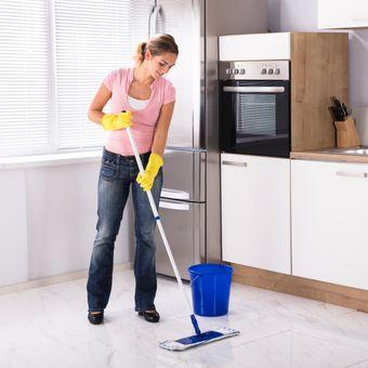 Ilustrasi membersihkan dapur, mengepel lantai dapur.