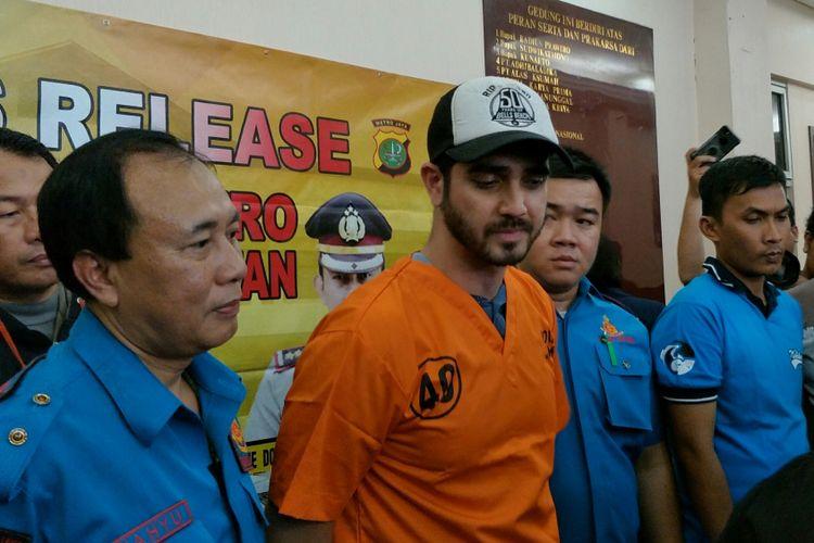 Artis peran Fachri Albar saat polisi merilis penangkapannya atas dugaan penyalahgunaan narkoba di Mapolres Metro Jakarta Selatan, Rabu (14/2/2018).