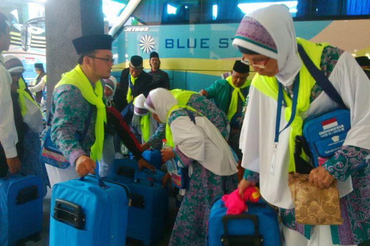 Jamaah calon haji tiba di Embarkasi Solo, Senin (16/7/2018).