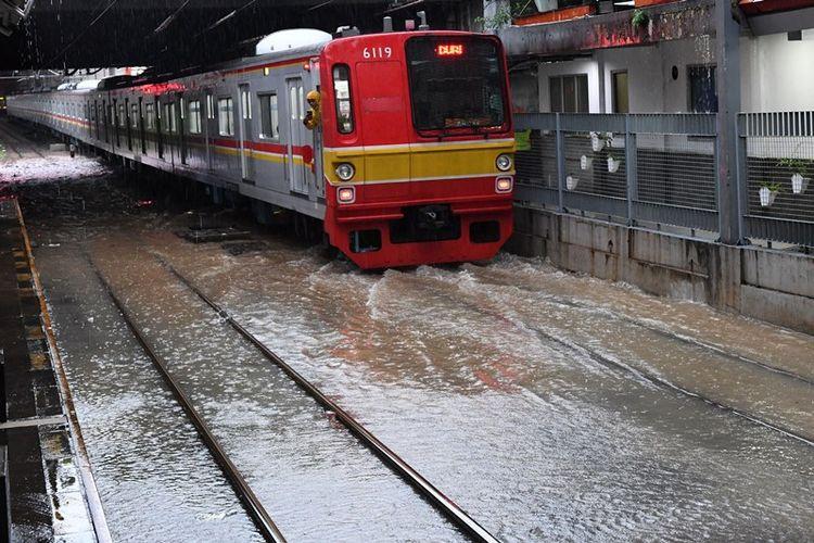 Salah satu rangkaian KRL Commuterline melintas perlahan pada jalur rel yang terendam banjir di Stasiun KA Sudirman, Menteng, Jakarta, Rabu (1/1/2020). Banjir yang menggenangi sejumlah titik pada jalur rel di Jakarta berdampak pada gangguan pelayanan sejumlah rute KRL Commuterline Jabodetabek. ANTARA FOTO/Aditya Pradana Putra/pd.