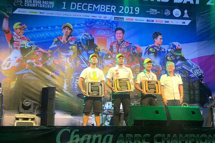 Perwakilan Tim Astra Honda Racing Team (AHRT) (2 dari kiri) menerima trofi sebagai juara kategori tim pada Asia Road Racing Championship (ARRC) 2019.