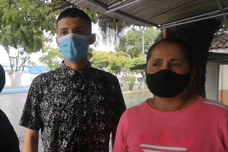 Daniel Alejandro Jaramillo bersama dengan keluarga besar yang marah dengan kesalahan rumah sakit, yang menyebabkan hilangnya jenazah bayinya. [Via The Sun]