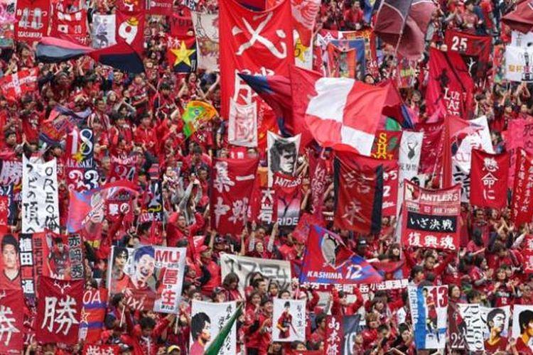 Suporter Kashima Antlers memerahkan Stadion Saitama 2002 untuk memberikan dukungan kepada timnya pada final J League Yamazaki Nobisco Cup 2015 melawan Gamba Osaka, Sabtu (31/10/2015). Kashima menang 3-0 untuk meraih gelar keenamnya.