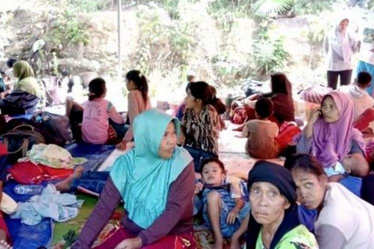 Warga di Halmahera Selatan mengungsi setelah terjadi gempa dengan magnitudo 7,2 pada hari Minggu (14/07).
