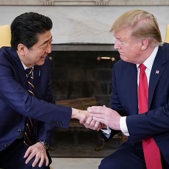 Perdana Menteri Jepang Shinzo Abe saat bertemu Presiden AS Donald Trump di Gedung Putih, Jumat (26/4/2019).