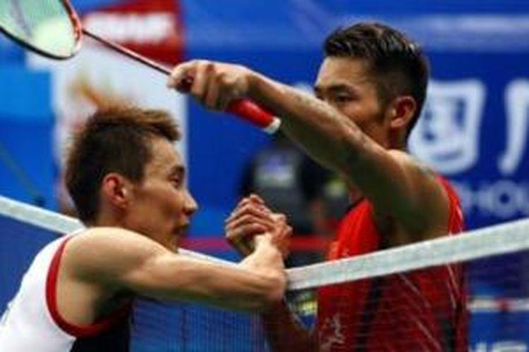 Lee Chong wei (kiri) mundur saat menghadapi Lin dan di final Kejuaraan Dunia di Guangzhou, Minggu (11/8).