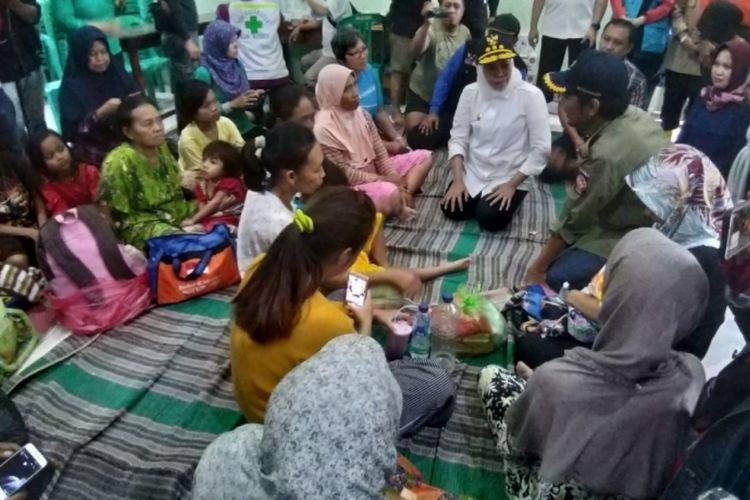 Gubernur Jawa Timur, Khofifah Indar Parawansa menemui para pengungsi yang dievakuasi lantaran rumahnya diterjang banjir bandang di Desa Garon, Kecamatan Balerejo, Kabupaten Madiun, Kamis (7/3/2019).