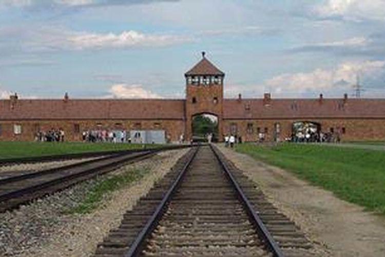 Bagian depan kamp konsentrasi Auschwitz, Polandia yang digunakan Nazi Jerman untuk memusnahkan bangsa Yahudi antara 1942-1944. Saat disidang di Nuerenberg, Komandan Kamp Auschwitz, Rudolf Hess mengatakan setidaknya tiga juta orang Yahudi tewas di kamp itu baik karena kelaparan atau dibunuh.