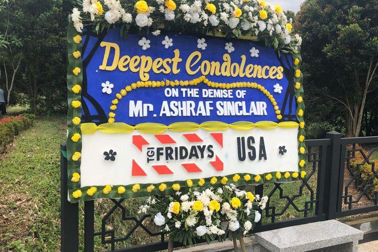 Karangan bunga ucapan duka cita untuk Ashraf Sinclair yang dikirim di pemakaman San Diego Hills, Karawang, Jawa Barat, Selasa (18/2/2020).