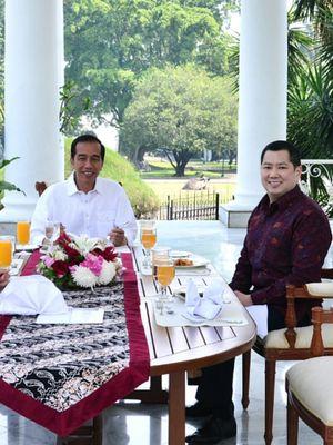 Ketum Perindo Hary Tanoesoedibjo bersama Presiden Joko Widodo di beranda Istana Presiden Bogor, Sabtu (28/7/2018).