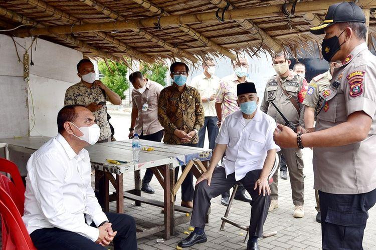 Gubernur Sumut Edy Rahmayadi meninjau lokasi penyerangan terhadap Tim Satgas Covid-19 saat melakukan operasi yustisi protokol kesehatan di Komplek Brayan Trade Centre, Jalan Serbaguna Helvetia, Deliserdang, Kamis (22/10/2020)