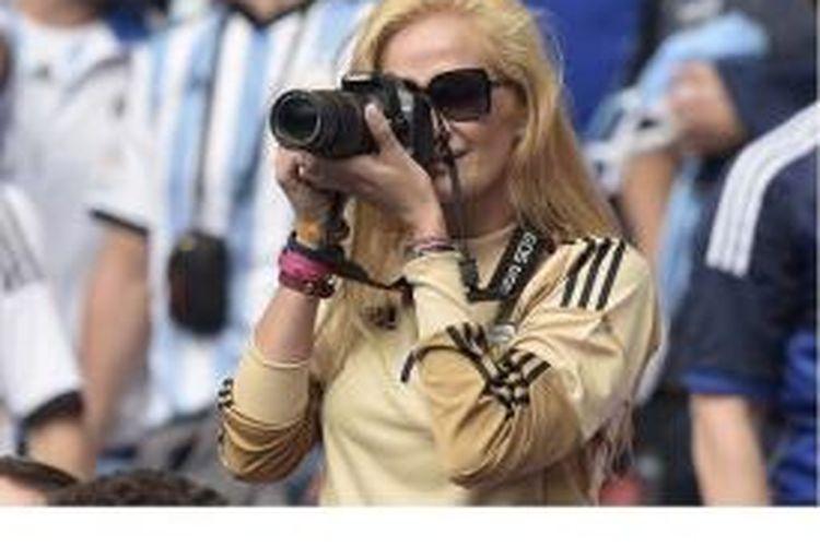 Istri Sergio Romero, Eliana Guercio, ketika menyaksikan aksi suaminya pada laga Piala Dunia 2014 di Brasil.